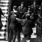 Adolfo Suárez intenta socorrer al vicepresidente Gutiérrez Mellado, zarandeado por un grupo de guardias civiles en presencia del teniente coronel Tejero durante el 23F