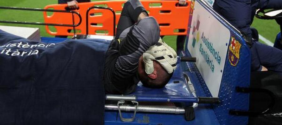 Víctor Valdés se retira lesionado