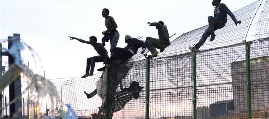 Decenas de inmigrantes saltan la valla de Melilla