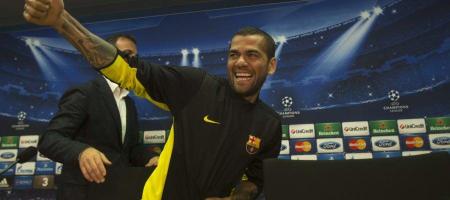 Dani Alves gesticula en rueda de prensa