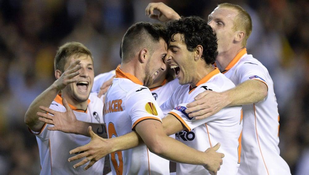Paco Alcácer celebra uno de sus tres goles ante el Basilea