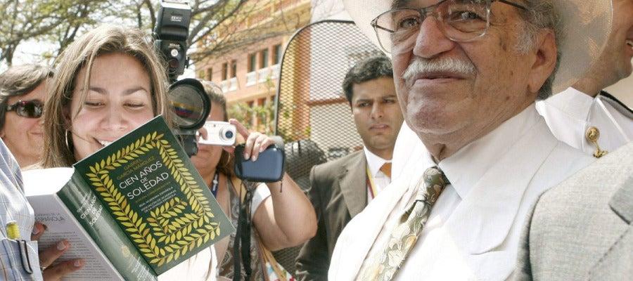 """Gabriel García Márquez firma un ejemplar de """"Cien años de soledad"""""""