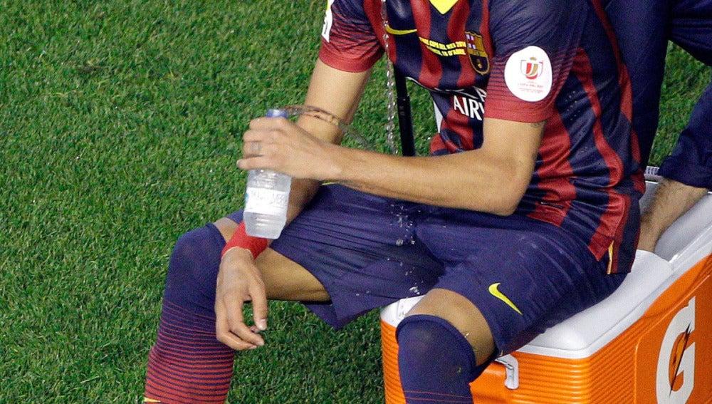 Neymar bebe agua tras la final de Copa
