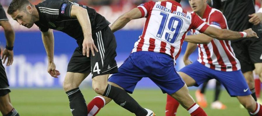 Costa pelea con los defensores del Chelsea