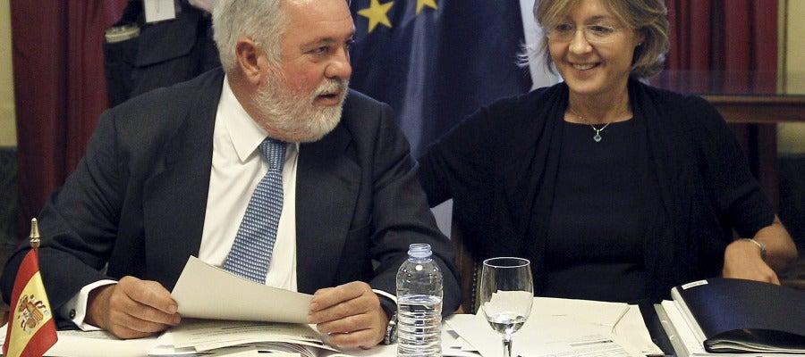 Miguel Arias Cañete reunido junto con  Isabel García Tejerina