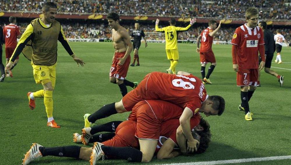 Los jugadores del Sevilla FC celebran el pase a la final de la Europa League
