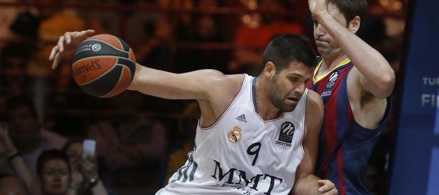 Felipe Reyes postea ante la defensa de Lorbek