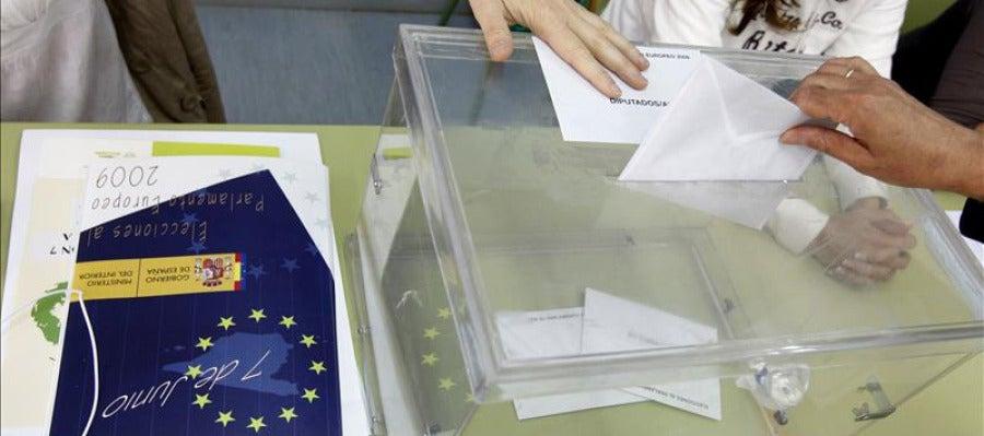 Votantes en una mesa electoral en las elecciones europeas