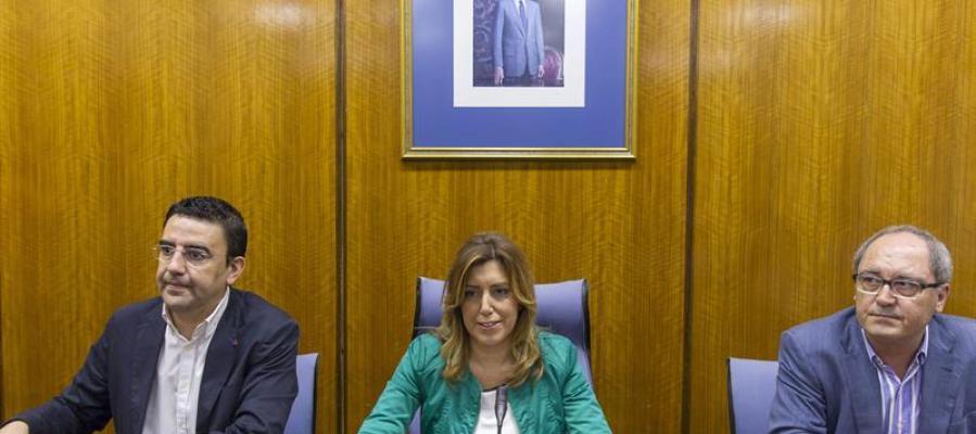 Susana Díaz junto al secretario de organización, Juan Cornejo (d), y el portavoz parlamentario, Mario Jiménez (i)
