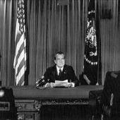 Richard Nixon, lee un comunicado en el que anuncia su dimisión