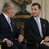 El Rey Juan Carlos I y el Rey Felipe VI