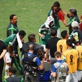 Los jugadores mejicanos aprovechan el parón para hidratarse