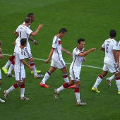 Los jugadores alemanes celebran el gol de Hummels