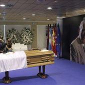 Vista de la capilla ardiente instalada en el palco de honor del Santiago Bernabéu