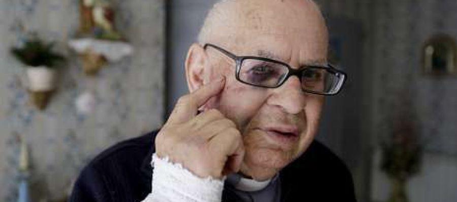 O sacerdote José Ramón Garrido, de 84 anos, mostra as evidencias dos golpes que lle deron.