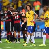 David Luiz y Maicon, desolados tras un gol de Alemania