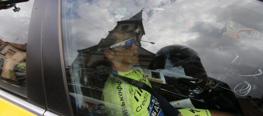 Contador, en el coche del equipo tras abandonar el Tour