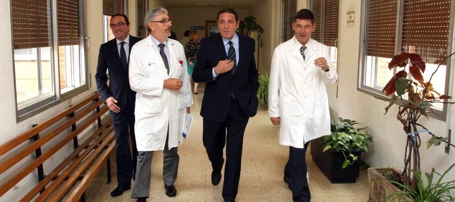 El gerente regional de Salud, Eduardo García Prieto; el director médico del centro, Carlos Gorostiza; el consejero de Sanidad, Antonio María Sáez Aguado y el gerente del centro, José María Eirós Bouza