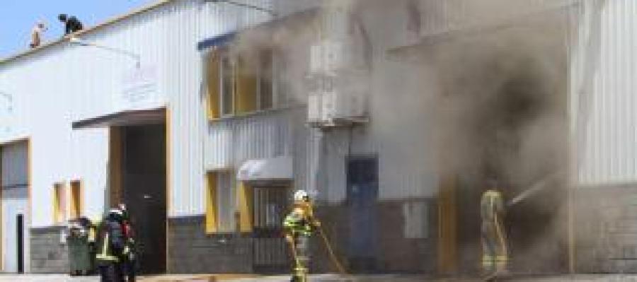 Intervención dos bombeiros, durante a extinción, na planta baixa e no tellado.
