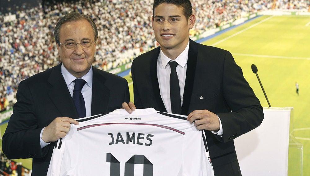 James Rodríguez posa con su nueva camiseta