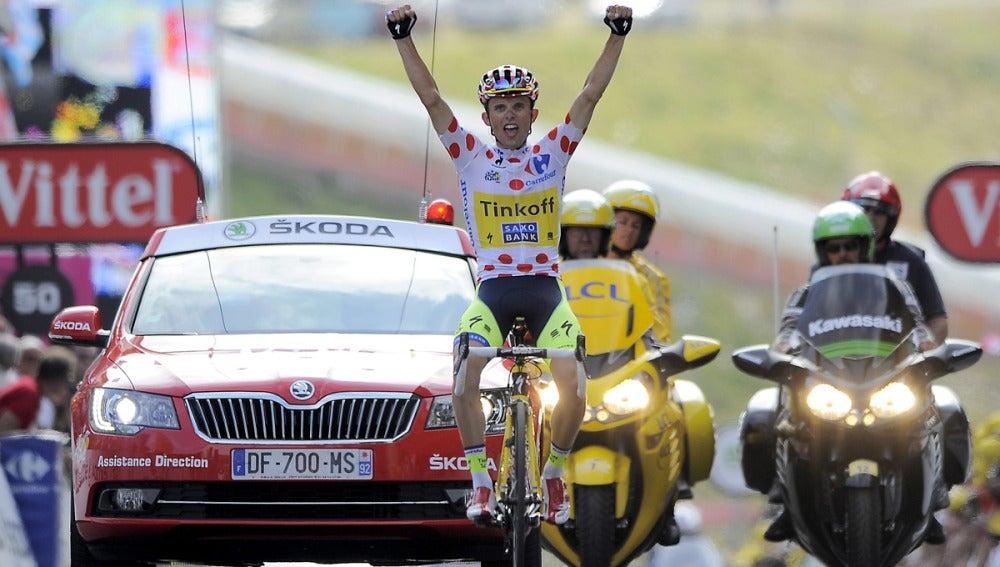 Rafal Majka celebra la victoria en la cima pirenaica de Pla d'Adet