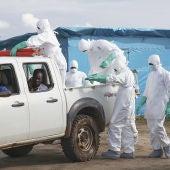 Varios sanitarios trabajan en Liberia