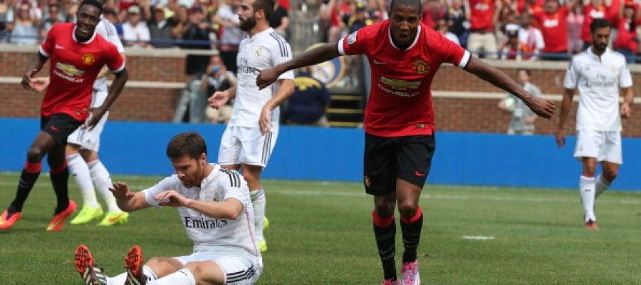 Ashley Young celebrando un gol