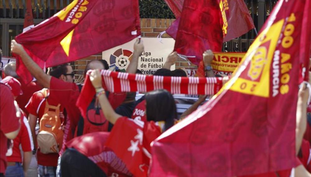 Protestas de aficionados del Murcia delante de la sede de la LFP