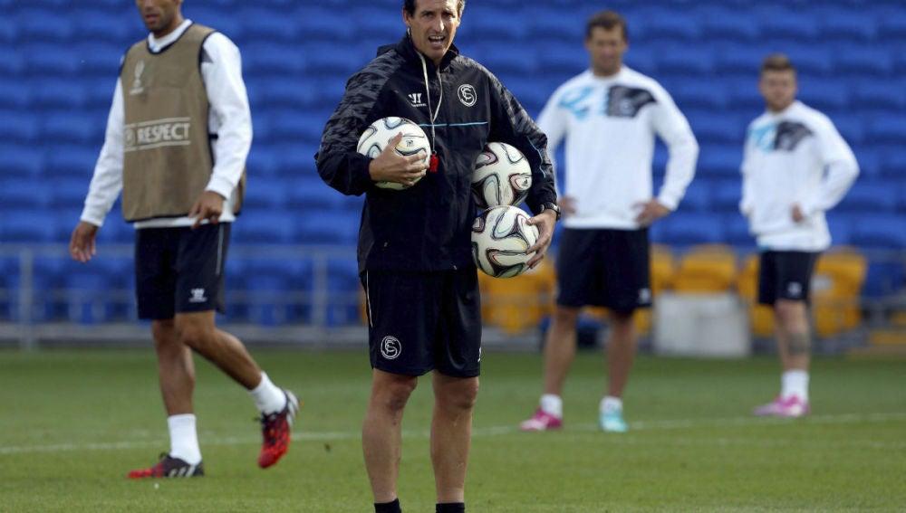 Unai Emery da órdenes a sus hombres en en el estadio Ciudad de Cardiff