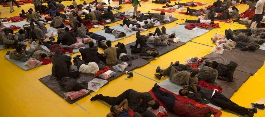 Inmigrantes en el polideportivo de Tarifa