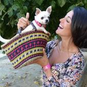 Orgullosa con su perrita Pepa, recién nombrada 'mascota 2.0' por 'Animalear'