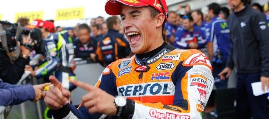 Marc Márquez celebra la victoria en el Gran Premio de Gran Bretaña.