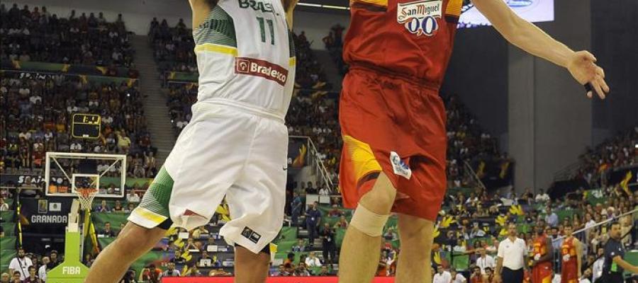 Gasol  pone un tapón al pívot de la selección de Brasil Anderson Varejao