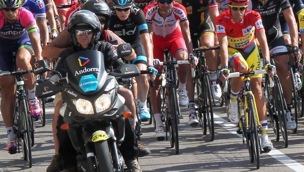 l lider de la Vuelta Ciclista a España, Alberto Contador rueda neutralizado junto al pelotón