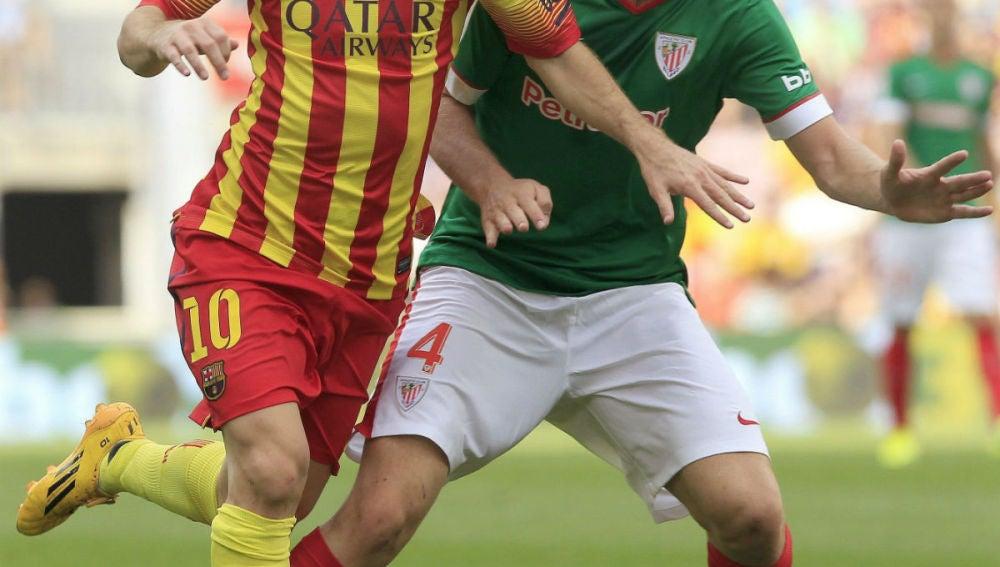 Messi en una disputa con Laporte