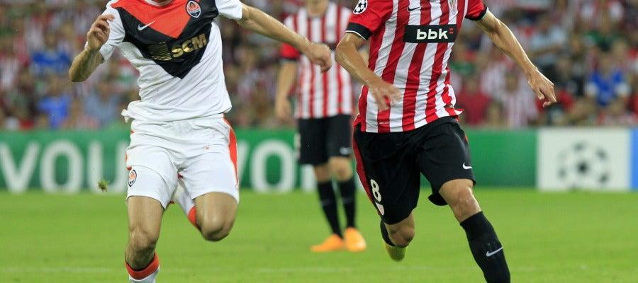 Iturraspe intenta controlar el balón en un partido de Champions League