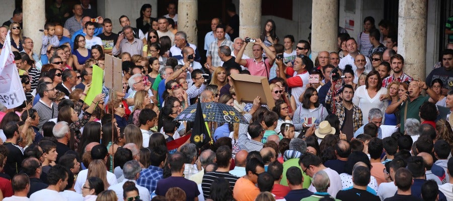 Cientos de personas se concentran en la Plaza Mayor de Tordesillas a favor del Toro de la Vega