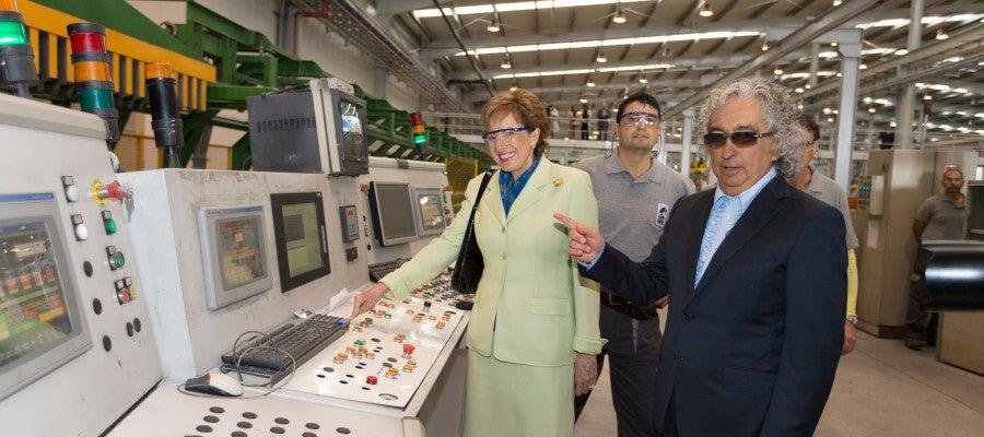 La Embajadora de Méjico  Roberta Lajous, pone en marcha una de las maquina de la empresa Extrusiones Metalicas, junto al presidente de la empresa Luis Marco Sirvent