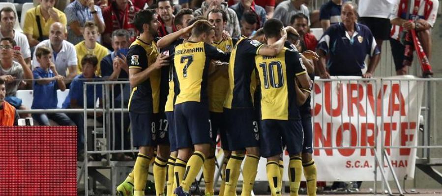 Los jugadores del Atlético celebran el tanto de Miranda