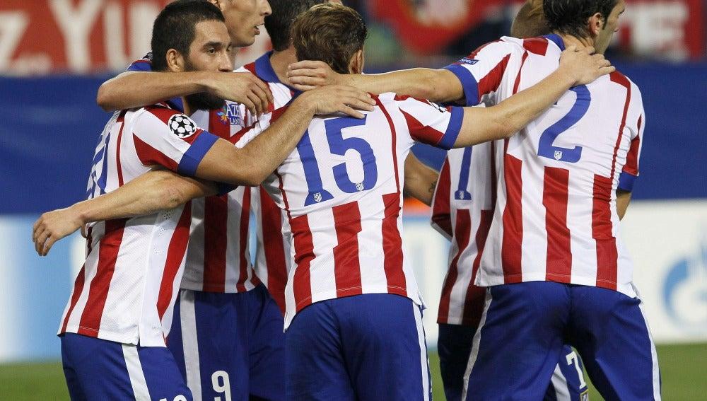 Los jugadores del Atlético celebran el gol de Arda