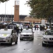 Taxistas de Madrid se manifiestan contra Uber en una marcha entre Atocha y  la plaza de Cibeles