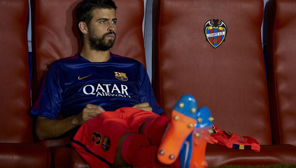 Gerard Piqué, en el banquillo durante un partido del Barcelona