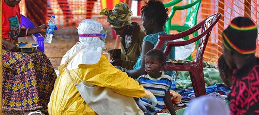 Una cooperante ayuda a niños en zonas afectadas por el ébola