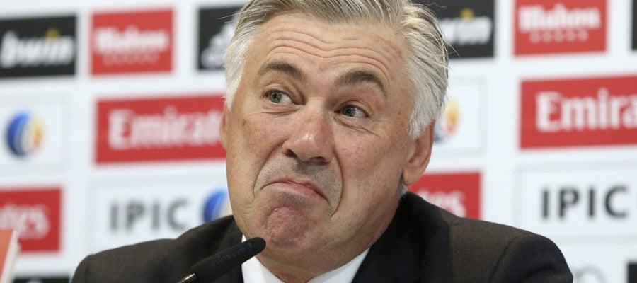 Ancelotti gesticula en rueda de prensa