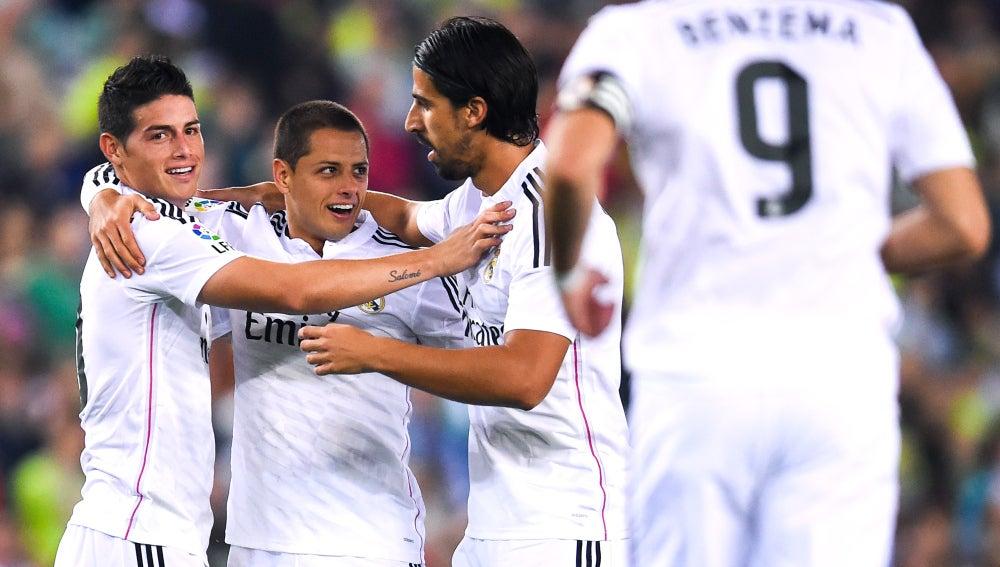 Los madridistas celebran el gol de Chicharito Hernández
