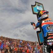 Alex Márquez celebra con la afición el mundial de Moto 3