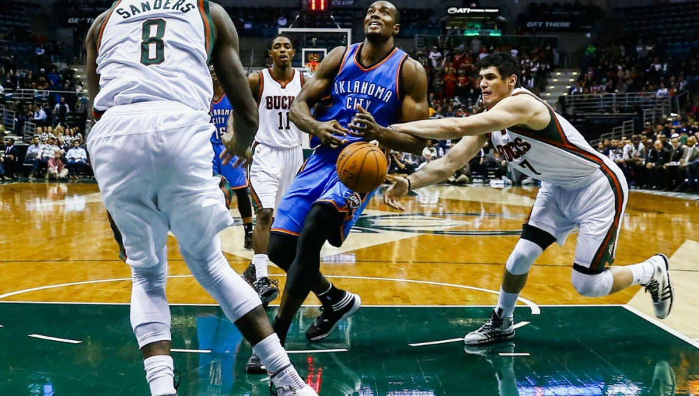 Ibaka penetra a canasta en un partido de la NBA