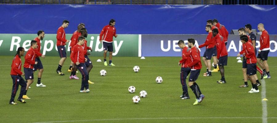 Los jugadores del Olympiacos se ejercitan sobre el césped del Calderón