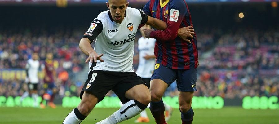 Feghouli lucha con Alba por la pelota