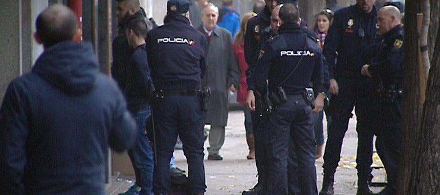 Efectivos de la Policía Nacional con algunos de los 24 detenidos en la reyerta en Madrid Río